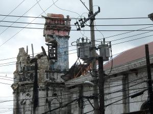 Der Turm der Kiche Sto. Nino ist eingestuerzt, die Kirche gesperrt. Die Messe findet im Freien statt.