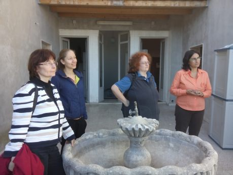 Bild_1: Die Freiwilligen erhalten eine Vorstellung des Flüchtlingszentrums durch den Leiter.